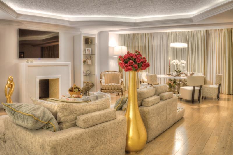 Interior contemporan cu accente coloniale